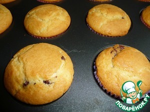 Preheat the oven to 220S. Bake the muffins for five minutes, then reduce the temperature to 175-180C and bake another 15-17 minutes (watch your oven).