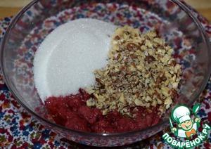 В это время приготовить начинку.    Малину заранее разморозить. Слить сок. Добавить к малине сахар и измельченные грецкие орехи. Перемешать.    Начинку стоит готовить непосредственно перед использованием. В противном случае сахар успеет раствориться в ягодах и начинка получится слишком жидкой, что осложнит формовку булочек.