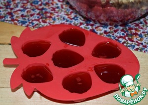 Raspberry juice I pour in molds and freeze. Later it can be used for making jelly, berry sauces, and any other desserts or add to the icing as a natural dye.