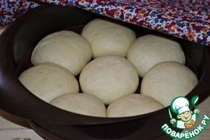Выложить булочки в форму (диаметр формы 21 см), смазанную растительным маслом, накрыть льняным полотенцем и оставить на 15-20 минут.