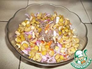Добавить нарезанное маленькими кусочками мясо, маринованный лук и сельдерей, предварительно слив маринад.