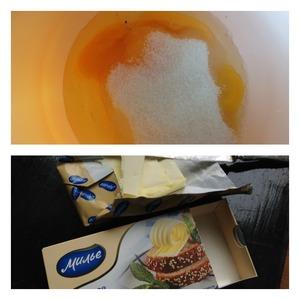 Масло растопить и остудить до комнатной температуры.   Яйца взбить с сахаром в пену.