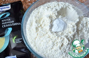 In a bowl, mix the dry ingredients : both flours, salt and baking powder.