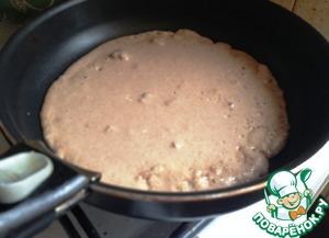 В сковороде разогреть растительное масло. Налить порцию. Выпекать блины обычным способом с двух сторон.