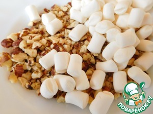 Chop the hazelnuts and fry on a dry pan, add marshmallows and pour on cheesecake. Slightly we stamp by hand, that would not crumble when cutting.  Refrigerate at least 5 hours.