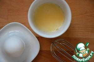 Яйца взбить в мисочке отдельно по одному. Обжарить каждое яйцо на сковороде, с добавлением 1 ч. л. растительного масла с обеих сторон. У нас получатся 2 яичных блина.