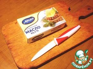 Сливочное масло нарезать кусочками