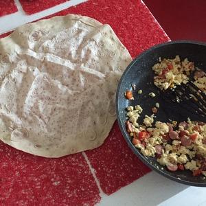 Расстелите лаваш, по вкусу можете добавить предварительно сыр, Филадельфию и тд.