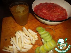 Пока мясо вариться – займемся «пюре». Остатки сельдерея режем полосами. Остатки порея – средними кольцами. Помидоры натрем на терке, шкурку выбрасываем. В принципе – можно использовать томатный сок (домашний)…