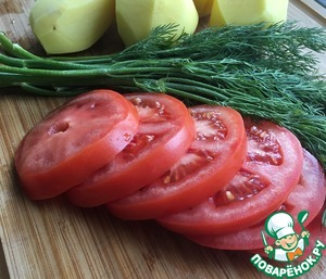 Large tomatoes cut into rounds with a thickness of 0.5 cm.