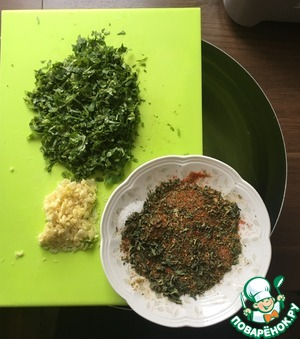 Coriander chopped very finely with a knife or chop in a blender, pass through a garlic chopper. Paprika, dried mint, salt and Khmeli-suneli mix. Put all the ingredients in a deep bowl in which to marinate the chicken.