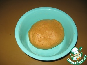 Добавляем ягодное пюре (у меня в морозилке была клубника перетертая с сахаром), масло и замешиваем тесто. Оно очень легко замешивается и получается мягким и приятным в работе.