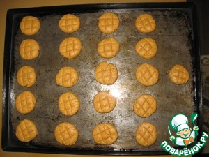 """Formed cookies and spread on a greased baking sheet. I made balls of a walnut, then pripuskova to a thickness of approx. 1 see a Knife made incisions, turned out like the game """"TIC-TAC-toe"""", hence the name :)"""