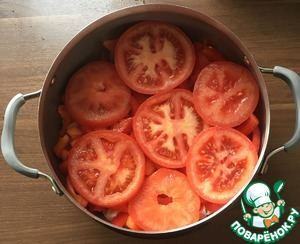 Lay the peppers on a layer of the onion.  Lay on top of tomatoes.  Salt.