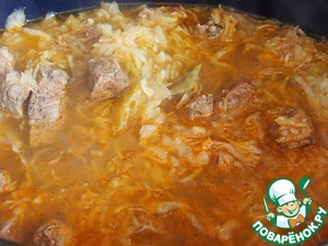 Add the cabbage to the meat, stir, add water to slightly closed the contents of the pan and simmer for 20 minutes. Then the goulash and season with salt and pepper to taste. Fans of spicy can add chili. If the cabbage is very sour, you can even add a little sugar. Cook until tender.