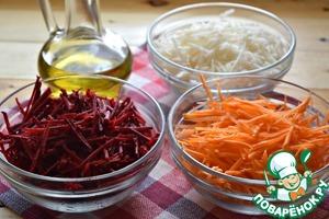 Овощи очистить. Каждый овощ натереть на терке для приготовления корейской моркови или нарезать тонкой соломкой. Подготовленные овощи разложить по отдельным мискам и добавить в каждую по чайной ложке растительного масла, перемешать и дать постоять пару минут. (это не даст свекольной соломке сильно окрасить остальные овощи при смешивании салата)   Овощи лучше взять среднего размера, примерно по 150 г каждый.