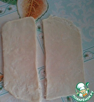 Roll out thinly the dough and cut into rectangles.