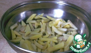 Pour into pan with sunflower oil. Spread the sliced potatoes. Salt the potatoes.