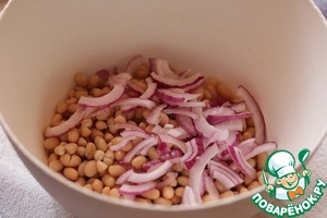 Onions to chop half rings, sprinkle with lemon juice, add to beans.