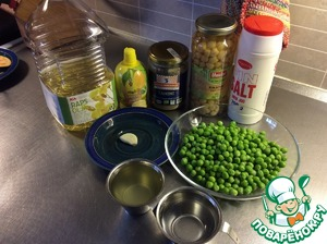 We will prepare our ingredients. Peas to defrost and drain the liquid. Instead of vegetable broth you can use water. I took the broth from the broccoli and cauliflower.  You can throw a cube of vegetable broth, but did not need salt.
