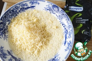 The couscous pour boiling water and cover, leave for 5 minutes. Then add salt, grated cheese and butter. Mix well.