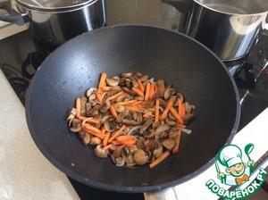 Добавить в сковороду морковь, важно не ужаривать овощи. Они должны быть свежими.