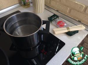 Вскипятить воду и закинуть лапшу удон. Солить не рекомендуется, так как соевый соус солью поделиться. Удон варить до состояния Al dente.