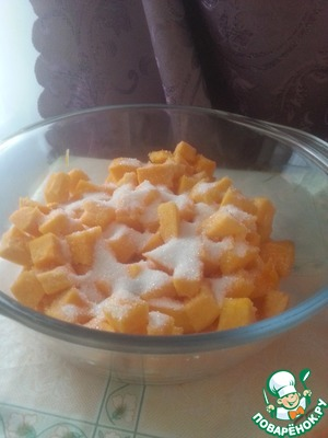 Clean the pumpkin from the skin and seeds, cut into small cubes. Sprinkle with sugar. Mix well.