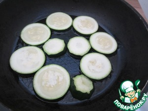 Fry zucchini or eggplant. Choose your favorite side dish. Fried zucchini for 1-2 minutes, the eggplant a little longer *3-5 minutes* over moderate heat.