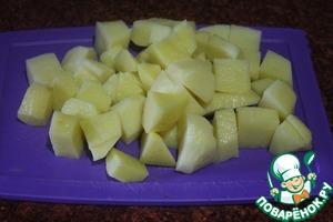 Пока варится фасоль, очистим и нарежем картофель,