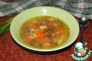 Pour the soup into cups.