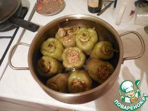 Грецкий орех покрошить так, чтобы он был как крупа. Лук мелко порезать и поджарить на свородке с маленькой чашкой подсолнечного масла. После этого добавить половину столовой ложки томатной пасты и размешать. К полученной поджарке добавить булгур и полстакана воды. Продолжать греть и дать булгуру набухнуть, подливая воду. После этого добавить соль по вкусу, тимьян, черный перец и петрушку, затем смешать с грецким орехом и еще немного погреть.    Затем собственно фаршировка. Для этого начините перцы небольшого размера сорта долма. Летом их купить несложно. Зимой же их продают только в Ашане. Закройте их сверху вырезанными плодоножками, чтобы вода не вымывала из них содержимое. Залейте в кастрюлю воду, немного не доходящую перцам до верхушек. Проследите, чтобы ни одна верхушка не покрывалась водой, и чтобы все перцы были погружены в воду процентов на 90. После этого доведите воду до кипения и варите 40 минут. После варки слейте воду, удалите плодоножки, смажьте верхушки майонезом и положите туда кольца перца Чили. Во время еды можно смачивать лимонным соком.