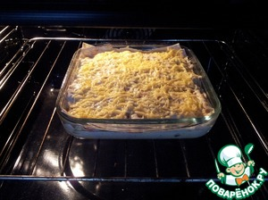 Beat eggs with milk, pour the mixture in the casserole, sprinkle with remaining cheese.  Bake in the oven at 200 degrees. in about 30 minutes.