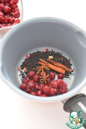 Вишню можно брать замороженную. Положите в ковшик чай (заварку), вишню (половину от указанного количества), бадьян и корицу.