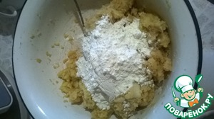 Add the flour - 3-4 tablespoons, salt. To watch on your potatoes, so you can roll a ball.