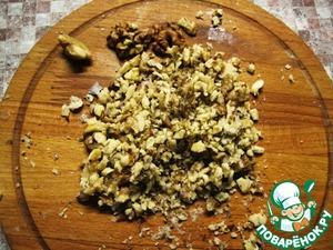 Орехи растолочь до мелких кусочков.