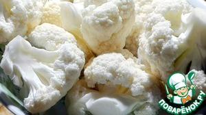 Cauliflower disassembled on inflorescences  and put it in the pan. Onion sliced finely  and massirovala olive oil.