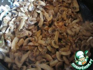 Теперь начинка. Лук и чеснок мелко порежьте, грибы нарежьте ломтиками. Разогрейте растительное масло в сковороде и обжаривайте лук минут пять. Добавьте чеснок, грибы и жарьте на сильном огне, помешивая, пока не выпарится жидкость. Добавьте паприку, посолите и поперчите, снимите с огня. Все, начинка готова, пусть остывает.