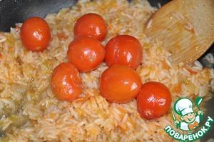 После того, как курица будет готова, кладём запечённые помидоры черри (с курицы) к рису.    Туда же выливаем сок, оставшийся от запекания курицы.