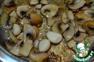 Обжариваем грибы в этой же сковороде минут 5, добавляем чеснок. Обжариваем.