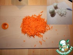 Пока мясо обжаривается, нарезаем лук и морковь