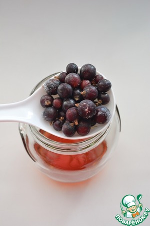 Поскольку мой румтопф зимний, то ягоды все замороженные. Если готовите со свежими ягодами - их нужно промыть и обсушить, рассыпав на полотенце. Иначе румтопф может заплесневеть.      Итак, начинаем собирать горшок: кладем смородину. У меня черная, можно и красную