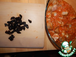 Put in a glass dish for the oven and add the prunes