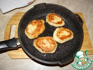 Fry pancakes on both sides until Golden brown (in the process of cooking, they will rise further), I cook under the lid