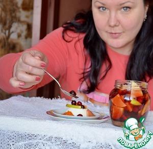 Румтопф едят просто как компот в качестве десерта      Его используют в десертах      Им вкусно поливать мороженое, оладьи, блинчики, вафли. Я полила им йогуртовое желе