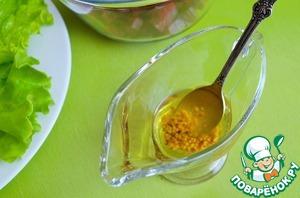 Выложить свеклу в миску.   В соуснике смешать горчицу и 1 ст. л. оливкового масла, перемешать.    Добавить к свекле, перемешать, обволакивая в масло каждый кусочек.   Это предохранит свеклу от потери сока и не сильно окрасит другие составляющие салата.   Выложить свеклу на листья салата.