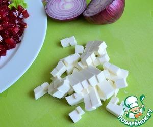 Сыр нарезать подобными кубиками.    Выложить на свеклу.