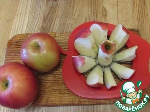 The apples remove the core and cut into pieces. I love it when pieces of apples these are, not. Add the apples to the batter and mix gently with a spatula.