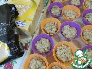 The dough is spread out on silicone molds 2/3 of the form. Send in the preheated oven (180 degrees). Bake for 40 minutes. Muffins are ready remove from the oven, cool slightly and then release from molds. To give the cupcakes to cool completely.