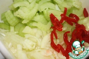 Chop the onion half-rings, celery and pepper. Pepper I had medium spicy, so less is taken the application portion